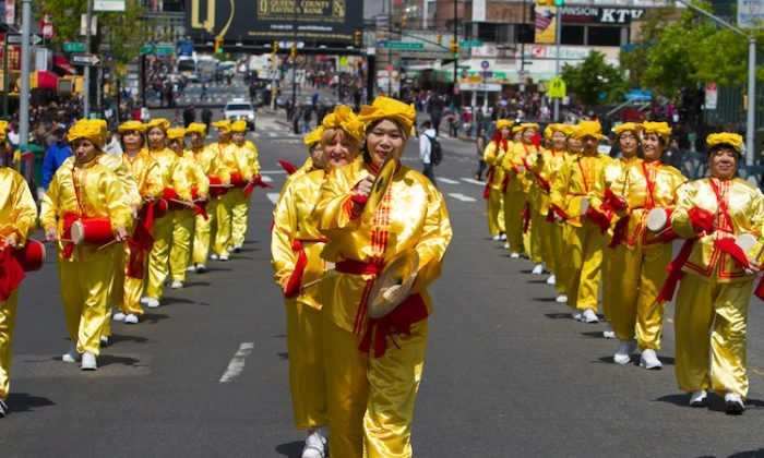 Falun Gong partitioners participate in a parade on April 28, commemorating 13 years since the first major appeal against the persecution of Falun Gong on April 25, 1999. (Benjamin Chasteen/The Epoch Times)