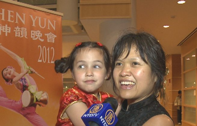 Jewel Nichols and her 7-year-old daughter attend Shen Yun Performing Arts in Dayton. (Courtesy of NTD Television)