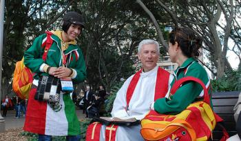 July 18, Hyde Park bench. A priest from the US casually chats to a couple of Mexican pilgrims.  (Sonya Bryskine/The Epoch Times)
