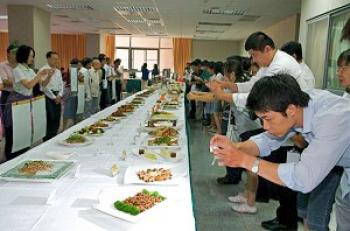 Guests can't help snapping shots of the beautiful and colorful dishes. (Luo Ruixun/The Epoch Times)
