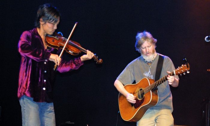 Michael Kang (L) of String Cheese Incident performs at the fourth annual JAMMY Awards at Madison Square Garden on March 16, 2004 in New York City (Roberto Rabanne/Getty Images)