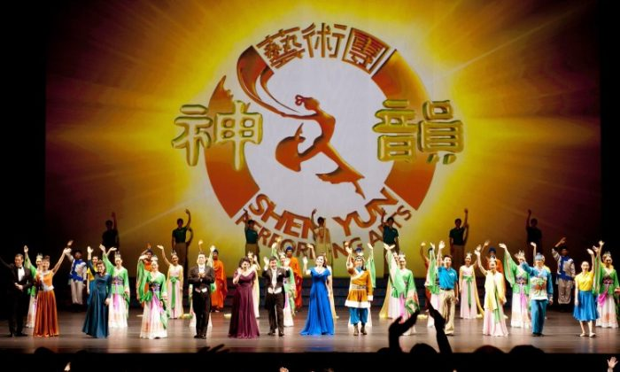 Shen Yun Performing Arts' curtain call at Lincoln Center's David H. Koch Theater. (Dai BIng/The Epoch Times)