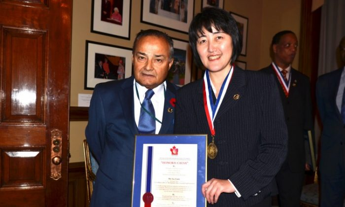 Epoch Times publisher Cindy Gu stands with Thomas Saras, president of the National Ethnic Press and Media Council. Gu received the organization's national ethnic press award on behalf of the Chinese edition of the Epoch Times. (Dan Skorbach/The Epoch Times)