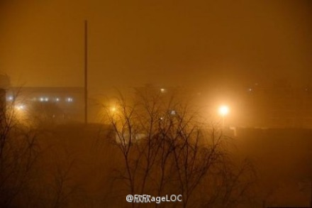Beijing was blanketed in smog and sand in recent days. (Weibo.com)
