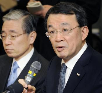 Japanese megabank Mizuho Financial Group Deputy President Takashi Tsukamoto (R), who will succeed to current President Terunobu Maeda (L), answers questions during a press conference in Tokyo on January 16, 2009. (Kazuhiro Nogi/AFP/Getty Images)