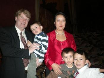Ms Chen with her family.  (Li Jia/The Epoch Times)