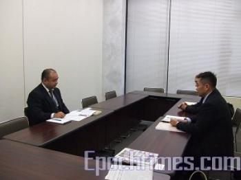 Mr. Ogihar(L), official of the Japanese Ministry of Foreign Affairs, met with representatives of the Falun Dafa Association and the Quitting the CCP Service Center in Japan (photo by Epoch Times)
