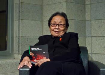 Dr. Gao Yaojie and her new book.   (Du Guohui/The Epoch Times)