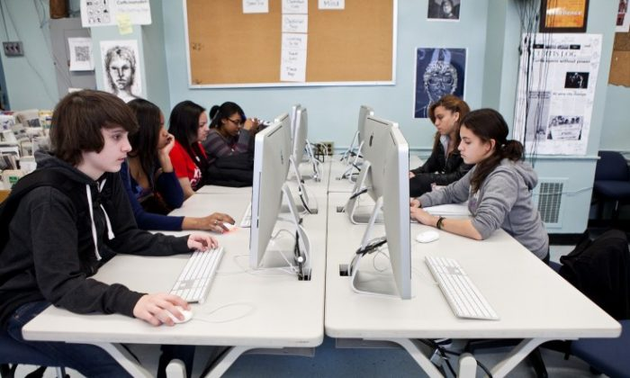 Students at Curtis High School on Staten Island use high-tech equipment in their journalism class. (Amal Chen/The Epoch Times)