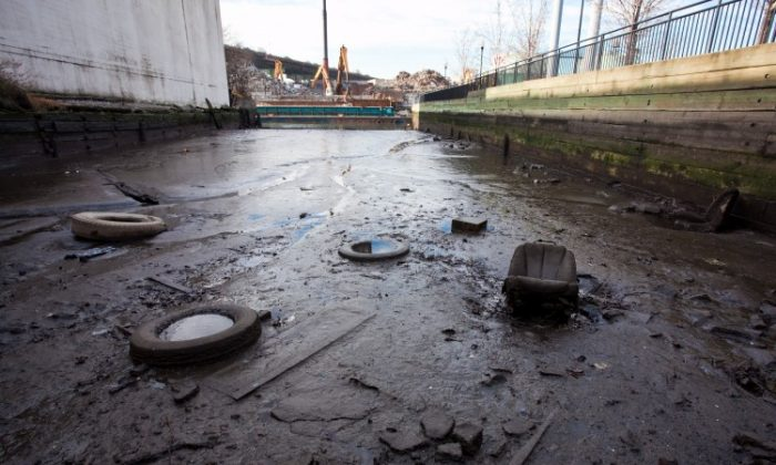 Trash and sludge are visible in the heavily polluted Gowanus Canal (Amal Chen/Epoch Times)