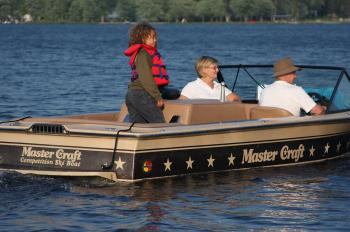 A family enjoys an afternoon cruise on Sparrow Lake.  (The Epoch Times)