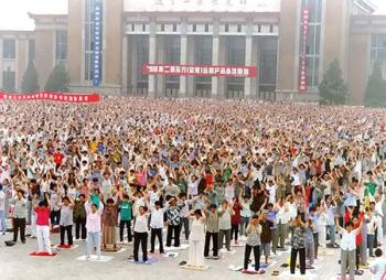 Over 10,000 Falun Gong practitioner gather for a group practice in Shengyang City, May 1998. (Courtesy of Minghui.net)