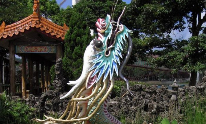 Dragons in the East have a positive connotation and are said to have accompanied several great emperors in the third millennium B.C. when they descended from Heaven. The dragons then accompanied the emperors again when they ascended back to Heaven after completing their mission. (Shioujen Wen/The Epoch Times)