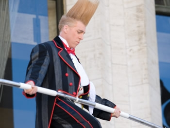 As Clown Bello Nock takes his first steps in his daring attempt to skywalk over the Lincoln Center Plaza. (The Epoch Times)
