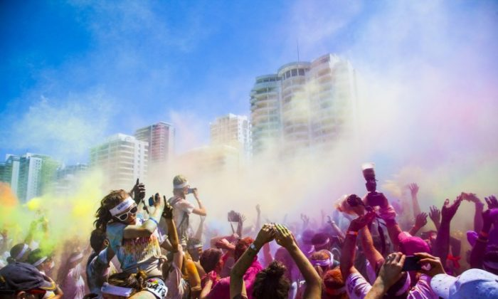 Thousands simultaneously throw red powder into the air. (Daniel Craig/The Epoch Times)