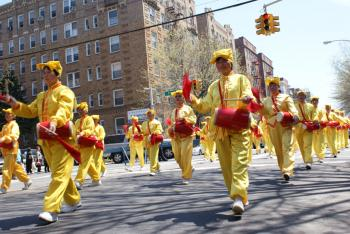 Drummers march to commemorate the ten-year persecution of Falun Gong in China. (Charlotte Cuthbertson/The Epoch Times)