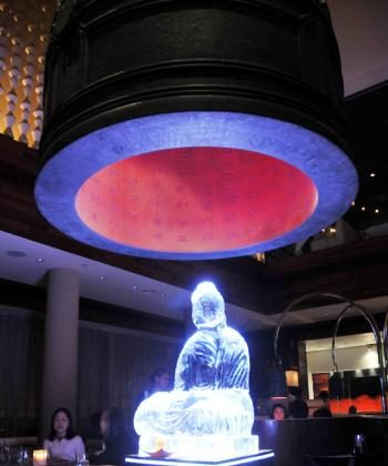 The ice Buddha sculpture underneath the temple bell, bonsho. (Minguo/The Epoch Times)