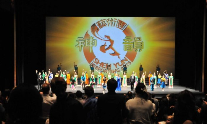 Audience members give a curtain-call standing ovation to Shen Yun performers at the April 8, 2012, evening performance at Calgary's Southern Alberta Jubilee Auditorium. (Jerry Wu/The Epoch Times)