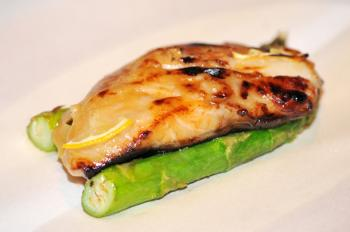 Silver Cod on imported asparagus  (Mingguo/The Epoch Times)