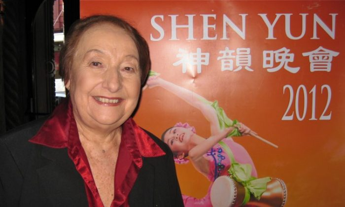Tanya Pearson shares her Shen Yun Performing Arts experience at the Capitol Theatre. (De Ming/The Epoch Times)