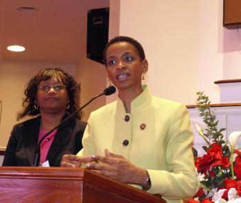 CENSUS HIRING: Congresswoman Donna Edwards (D-MD) (right) answered questions on Feb. 28, together with Dorothy Wilson, Partnership Specialist with the U.S. Census Bureau. The Census headquarters is in her District.Rep. Edwards sponsored the forum, explain (Terri Wu/Epoch Times)
