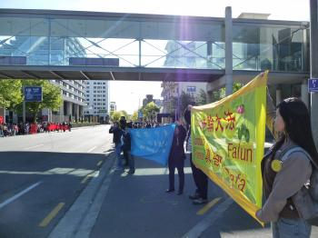 Falun Dafa practitioners hold banners awaiting the Chinese vice-premier arrival. (Edward Robinson/The Epoch Times)