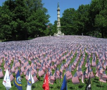 Flags nearly cover the ground at Boston Common at the Sailors and Soldiers Monument to commemorate all the Massachusetts men and women who died in battles since World War I.  (Wendy Feng/The Epoch Times)
