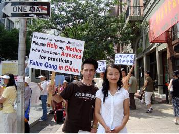 Raf Andino of Philadelphia shows his support for the 'Quit CCP' movement with Jason Wang. (Pamela Tsai/The Epoch Times)