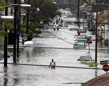 Residents wade through a flooded street in New Orleans, 29 August 2005, after hurricane Katrina made landfall. As Hurricane season approaches in the Atlantic, worries about the dangers of a hurricane forming over the catastrophic oil spill are growing. (James Nielsen/Getty Images)