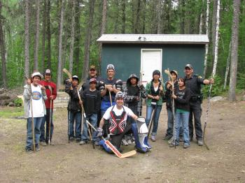 Sergeant Jeff Simpkins (center), founder of the North of 50 program, stands with children from the Ojibway First Nation community of Pikangikum in northwestern Ontario. (Jeff Simpkins)