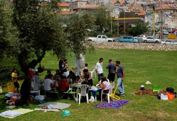 A family spreads out for a picnic April 17, 2002 at Sacher Park in Jerusalem, Israel. April 17 is Independence Day in Israel. (Chris Hondros/Getty Images)