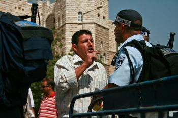 MIDDLE EAST DISCUSSIONS: An Arab man argues with an Israeli police officer near Al Aqsa Mosque in Jerusalem.  (Genevieve Long/The Epoch Times)