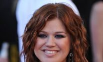 The Grapevine—Kelly Clarkson, Julie Chen, Julia Roberts, Rihanna
