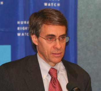 """HUMAN RIGHTS ADVOCATE:  Kenneth Roth, Executive Director of Human Rights Watch (HRW), speaks at the National Press Club, Jan. 14, in Washington, D.C. on the main themes of HRW's """"World Report 2009."""" (Gary Feuerberg/Epoch Times)"""