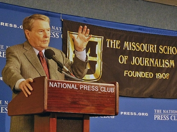 Jim Lehrer speaks at the National Press Club. (Andrea Hayley/The Epoch Times)