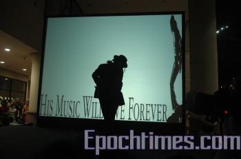 Fan imitates Michael Jackson's dance move. (The Epoch Times)