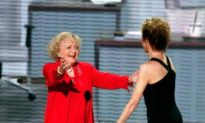 Mary Tyler Moore and Betty White Reunite in 'Hot in Cleveland'