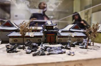 ANCIENT MODEL: An architectural model from the Qing dynasty (1644-1912) of a building in China. (Phoebe Zheng/Epoch Times Staff)