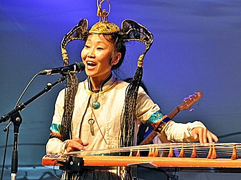 Namgar Lkhasaranova as she sings and plays the yatag, a traditional Mongolian instrument. (Pam McLennan/Epoch Times)