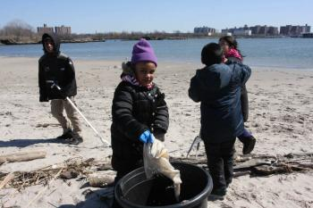 CUTE AND INDUSTRIOUS: Jayleen Baker, 5, spent four hours on a cold Saturday afternoon cleaning up after beach-goers and she did it with a smile.  (Tara MacIsaac/The Epoch Times)