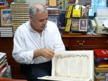 GIBRAN EXPERT: Tony Shasha explains the works of poet, artist, essayist and philosopher Kahlil Gibran. Many events are planned in the U.S. and Middle East to commemorate the 125th anniversary of his birth. (Nadia Ghattas/Epoch Times)