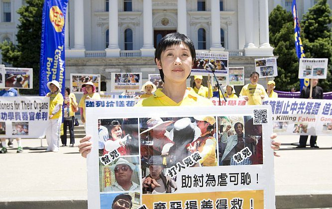 Falun Gong pracitioner Dafang Wang appeals to legislators and passersby on the west steps of the state capitol in Sacramento after having been assaulted by a man supportive of the Chinese Communist Party in Chinatown on June 10. (Youzhi Ma/The Epoch Times)