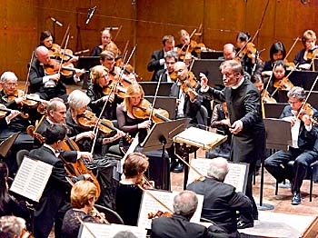 SYMPHONIC RECORD: The New York Philharmonic gave its landmark 15,000th concert on Wednesday night in Avery Fisher Hall at Lincoln Center. (Aloysio Santos/The Epoch Times)