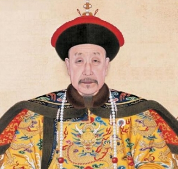 Traditional Chinese Clothing: the Qianlong-Emperor at age 85 wearing ceremonial robes. (Public domain)