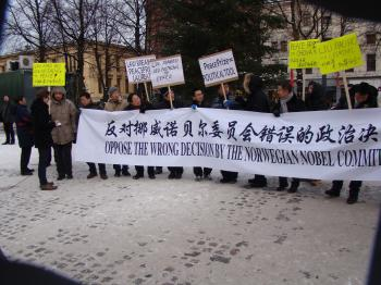 Some Chinese are seen protesting the award of the Nobel Peace Prize to Liu Xiaobo, in front of the National Opera in Oslo on Dec. 10. (Hui Qian/Epoch Times Staff)