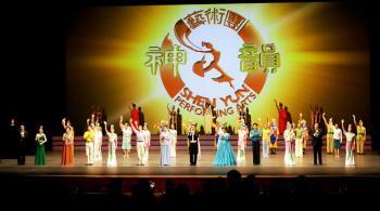 Audience members applaud Shen Yun Performing Arts in Busan, South Korea, on Jan. 19. (Kim Jin-tae/The Epoch Times)