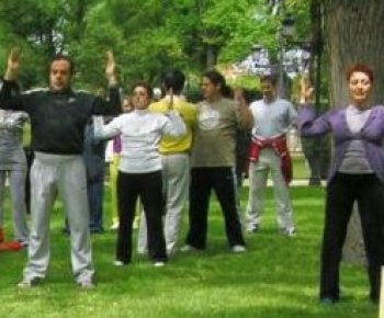Falun Gong practitioners teach the practice to several people in the city of Ciudad Real, Spain, as part of Falun Dafa Day activities on May 13. (Alejandro Nadal/Epoch Times)