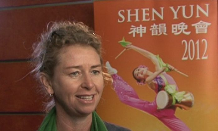 Wine maker, Susan Frazier talks about her Shen Yun Performing Arts experience at Sydney's Capitol Theatre. (Courtesy of NTD Television)