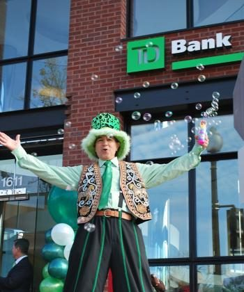 GRAND OPENING: Man on stilts entertains passerby at the TD Bank Georgetown grand opening in Washington, D.C. on Nov. 7.  (Ronny Dory/The Epoch Times)