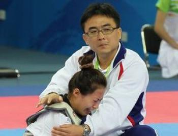Taiwanese athlete Yang Shu-chun cries after being disqualified from the women's Taekwondo competition at the Asian Games in Guangzhou on Nov. 17, 2010.  (Central News Agency)